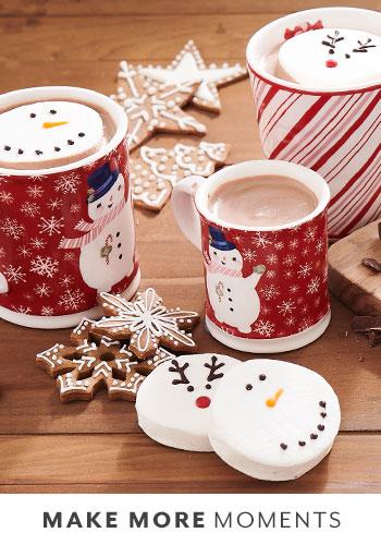 sur la table mugs and hot cocoa